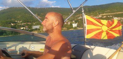 Un guide touristique sur son bateau battant pavillon macédonien.