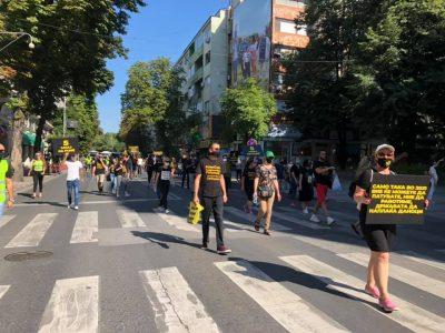 Manifestant·e·s du secteur du tourisme dans les rues de Skopje, en réaction aux pertes dues à la crise sanitaire de 2020.