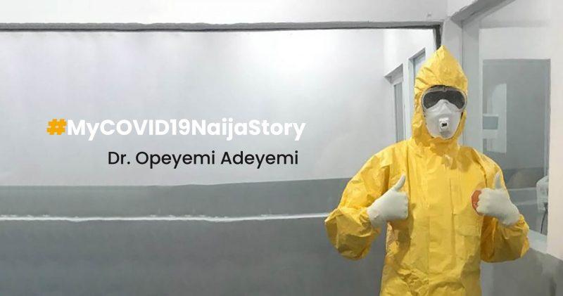Le Dr.Opeyemi Adeyemi, en équipement de protection individuelle, lève les pouces en signe de confiance.