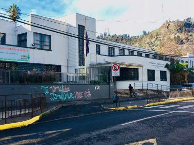 La façade blanche d'une école dans une rue vide de la commune de Recoleta à Santiago.