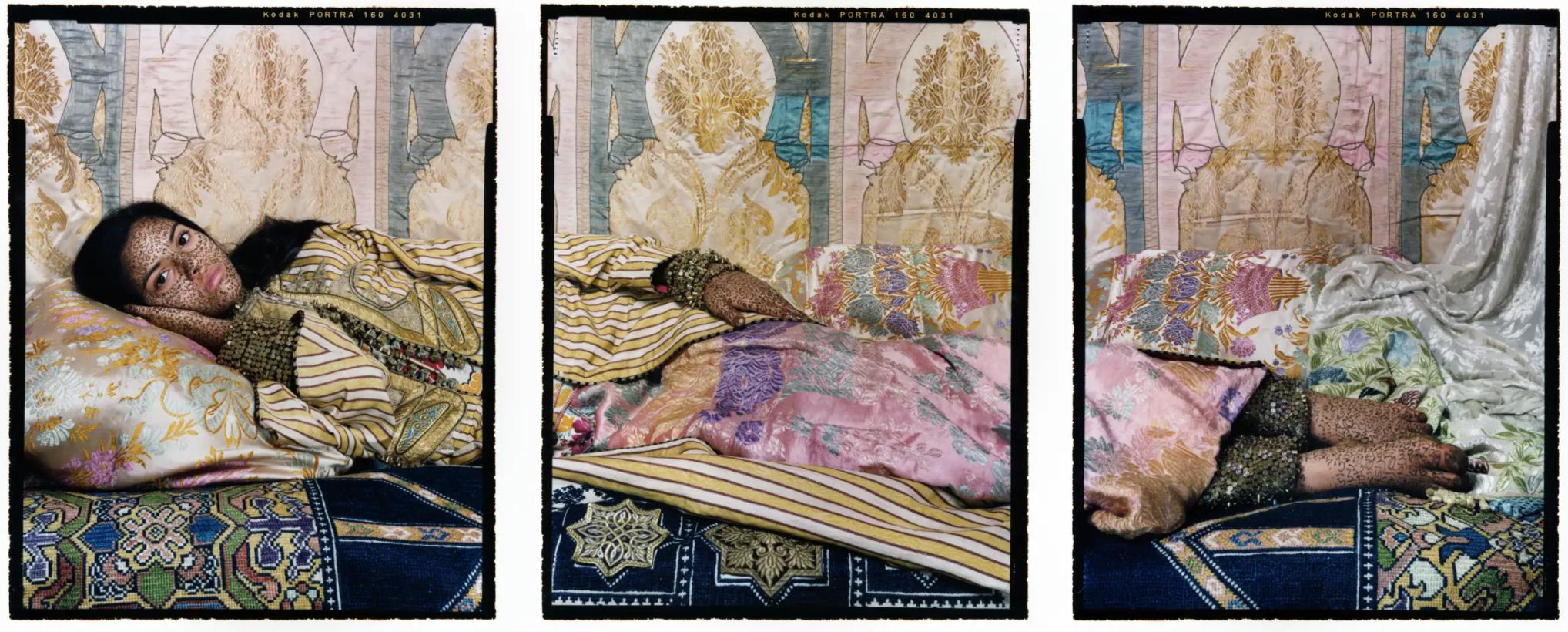 Photo horizontale, colorée, en 3 parties, d'une femme habillée et allongée dans un lit orné. Sur les parties dévoilées de son corps apparaissent des écritures arabes.