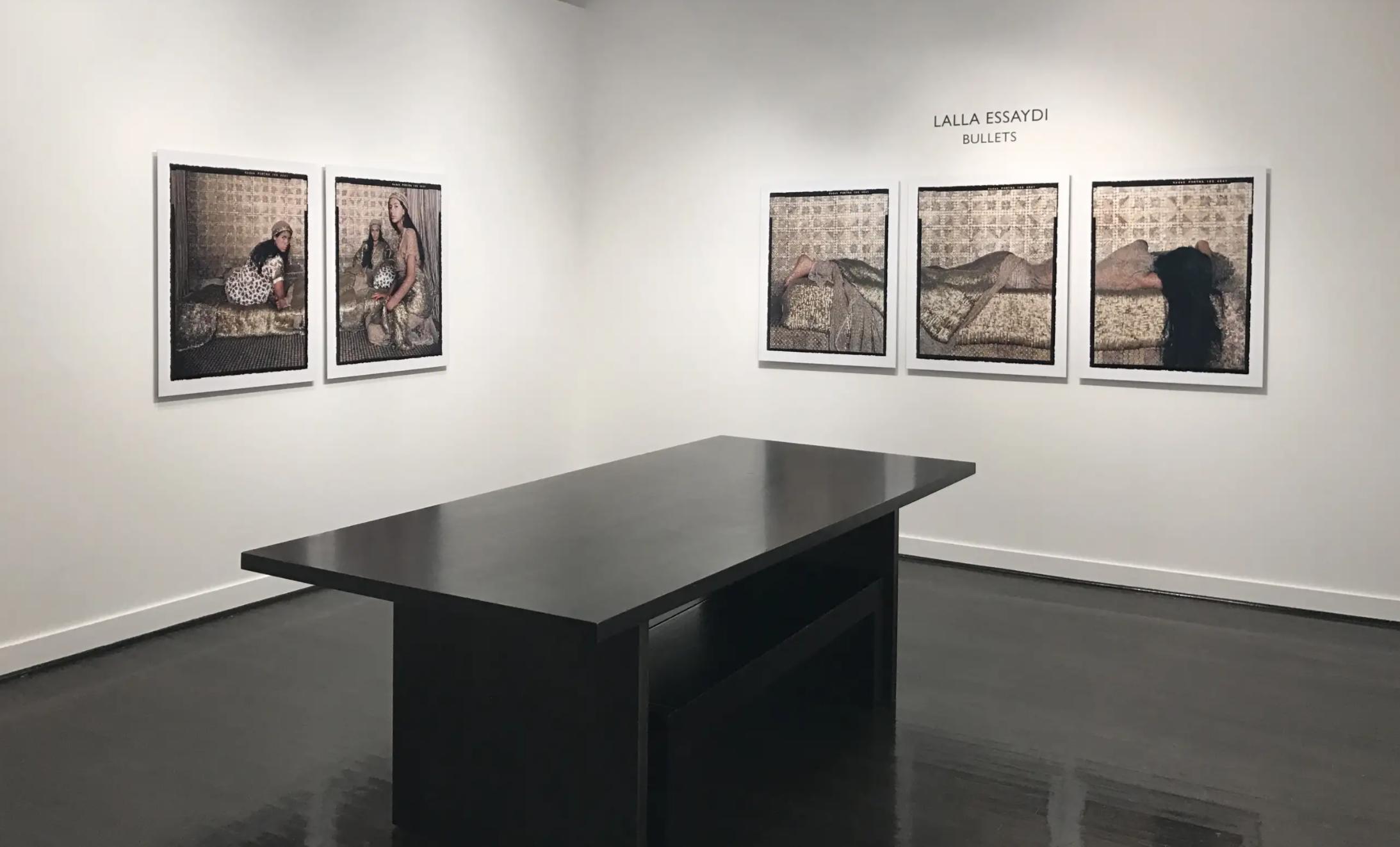 Exposition artistique de la collection Bullets de Lalla Essaydi dans la galerie d'art Jackson Fine Art.