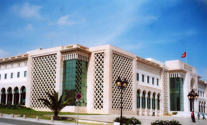 L'hôtel de ville de Tunis, un bâtiment d'un étage agrémenté de colonnes décoratives et de motifs ajourés.