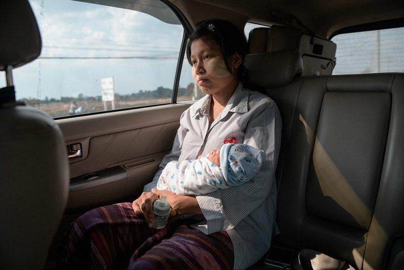 Ма Су Лвин - трудовая мигрантка из Бирмы, которая родила во время вспышки коронавируса в Таиланде. Она потеряла работу на фабрике после того, как та закрылась, оставив её без средств на оплату родов и на заботу о новорождённом малыше. Мае Сот, Так, Тайланд, май 2020 года. Фото и подпись Jittrapon Kaicome/The Irrawaddy