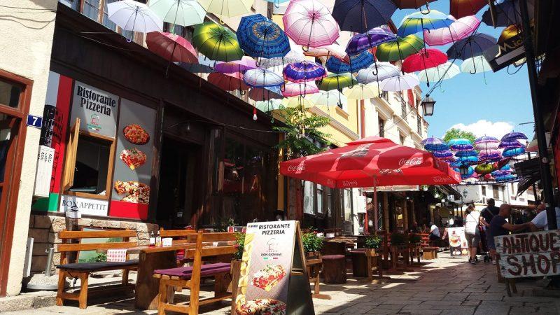 Terrasse d'une pizzeria dans le Vieux bazar de Skopje.