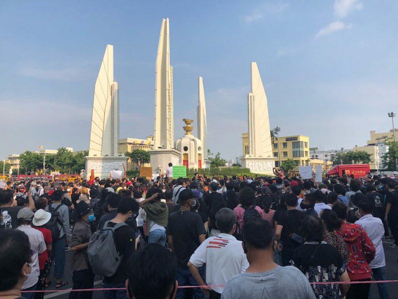 Un foule de jeunes rassemblés autour du Monument de la Démocratie à Bangkok.