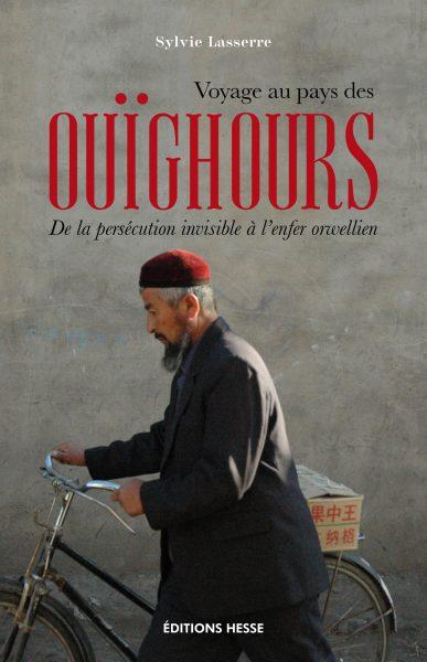 Sur la couverture du livre de Sylvie Lasserre, un homme portant un costume marche en tenant son vélo. On peut voir un paquet sur l'arrière du vélo.