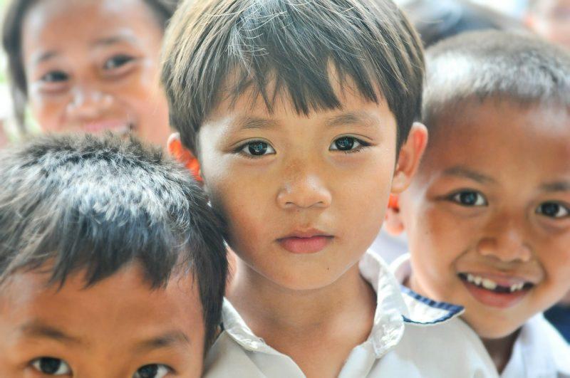Photo couleur représentant 4 petits écoliers chiliens.