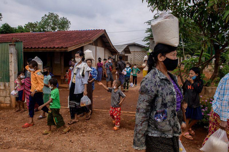 Les villageois originaires de Birmanie ont reçu des sacs de riz et de l'huile pour faire face à la crise du coronavirus. Tout le monde porte un masque de protection faciale.