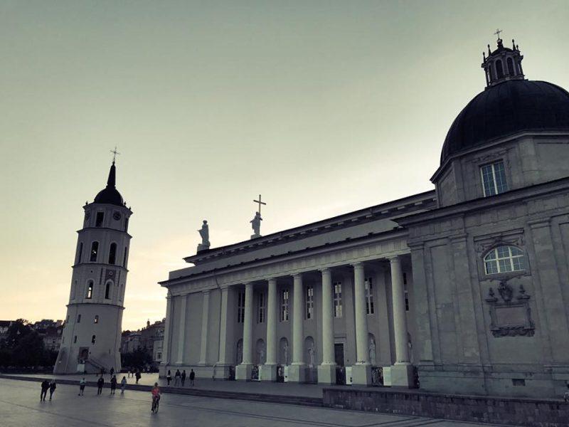 Quelques passants devant la cathédrale de Vilnius et la Tour de la cloche.
