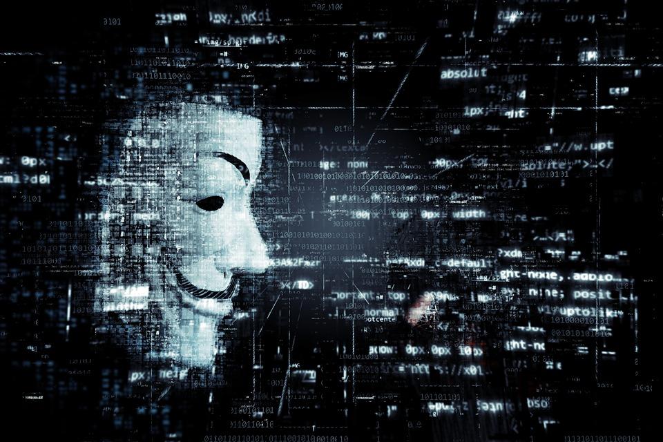 Masque d'Anonymous de profil sur fond noir avec des codes numériques qui flottent de partout.