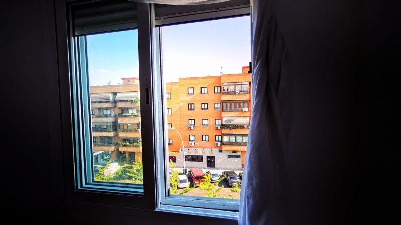 Vue sur un immeuble de briques depuis la fenêtre d'un appartement pendant le confinement à Madrid.