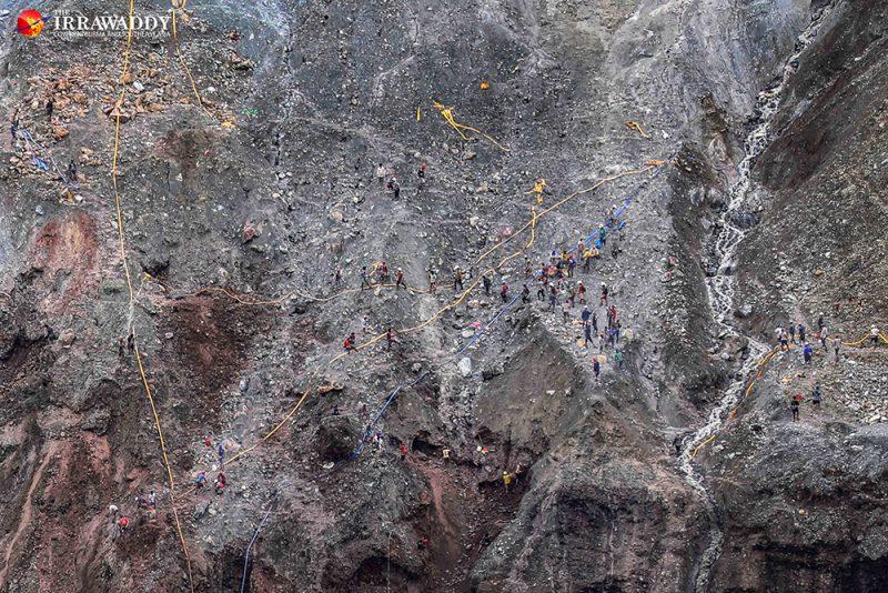 Vue aérienne de mineurs travaillant sur un site minier à Hpakant.