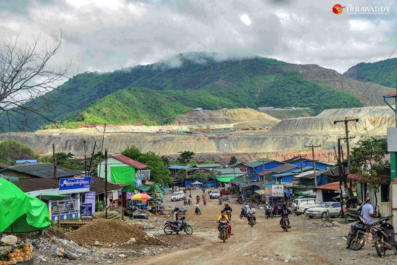 En périphérie de Hka Kyan, les collines sont déboisées et aplanies par l'exploitation minière.