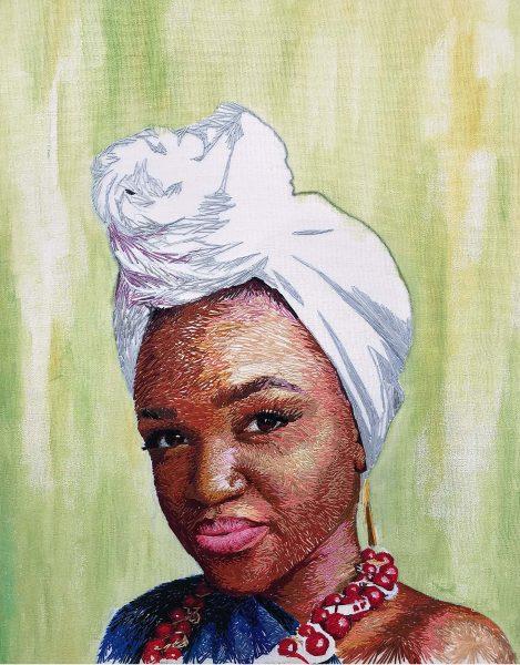 Le buste de l'artiste Nneka Jones, représentée sur fond vert. Elle porte un turban noué à l'avant et un collier de grosses perles.