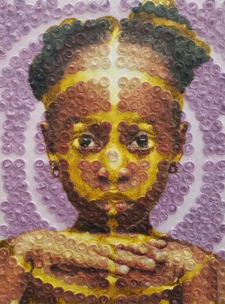Visage d'une petite fille noire, sur fond violet, auquel sont superposés des cercles concentriques formés par des préservatifs.