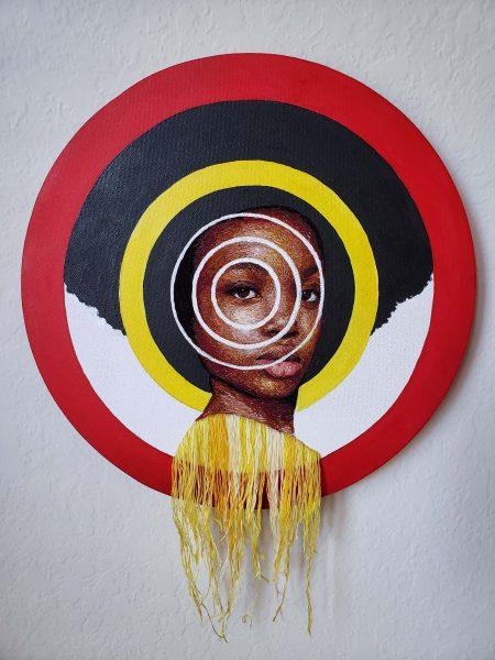 Une femme noire à la coupe afro est au coeur d'une cible multicolore, en cercles concentriques de plus en plus fins.