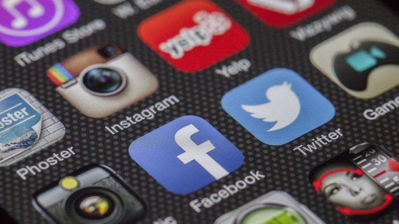 Des applications de réseaux sociaux sur un écran de téléphone.