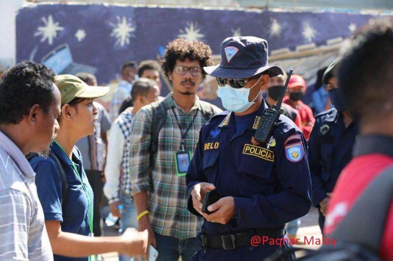 Un policier du Timor Leste, au milieu d'une manifestation contre la reprise du projet de loi sur la diffamation criminelle.