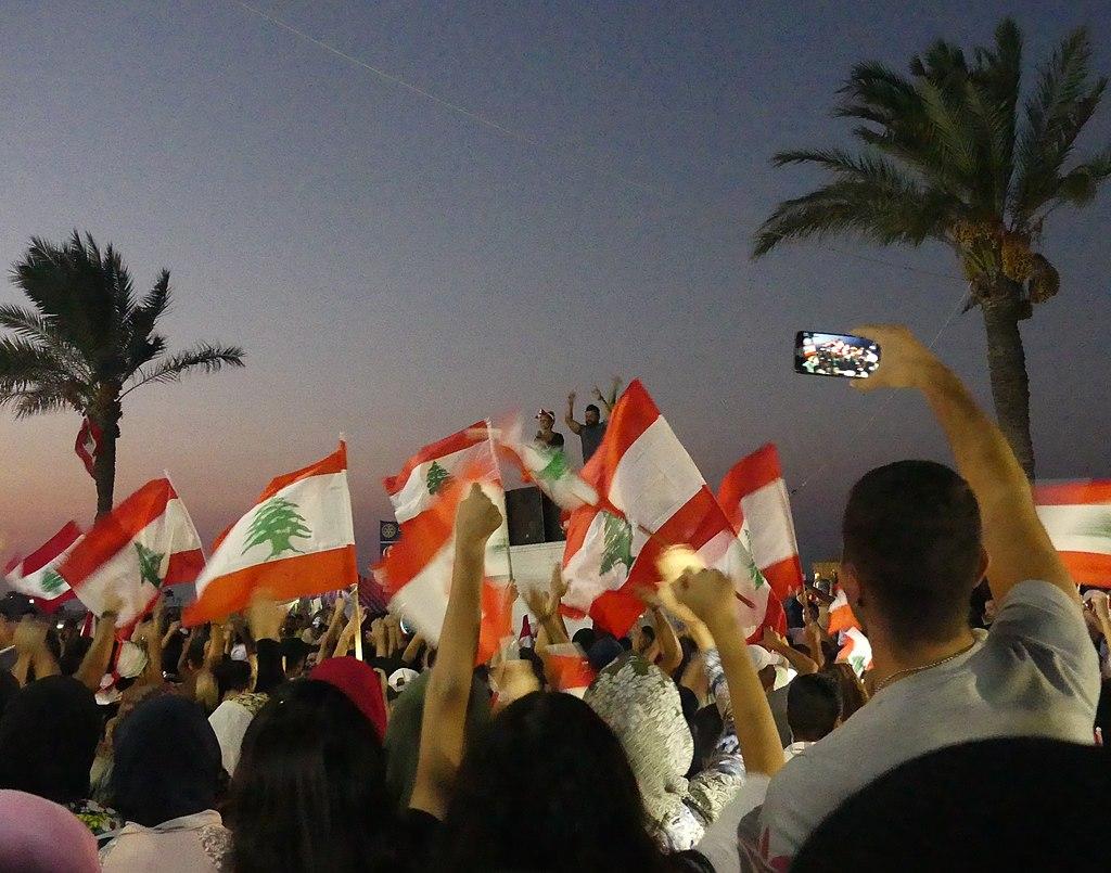 Des manifestants agitent des drapeaux du Liban à Tyr, au sud du pays.