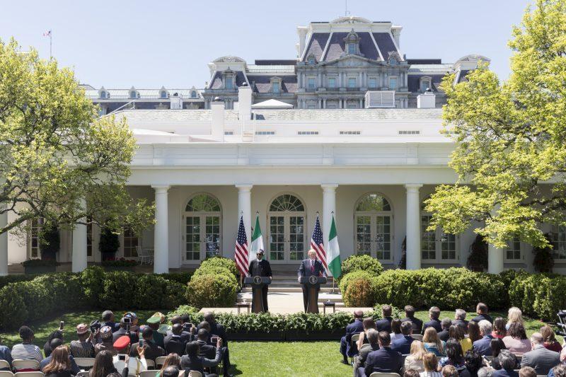 Le président nigérian et son homologue américain s'adressent à une parterre rempli dans les jardins de la Maison blanche.