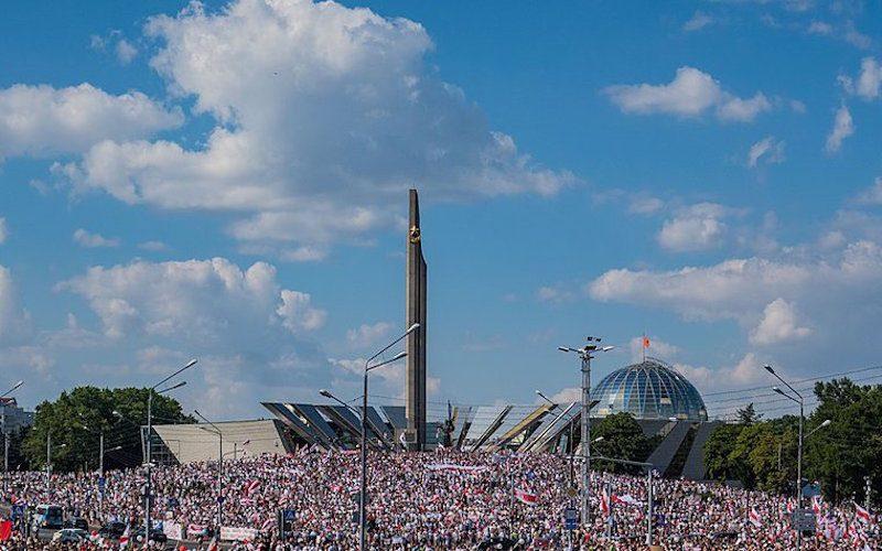 Vue aérienne d'une immense foule manifestant à Minsk, au Belarus.