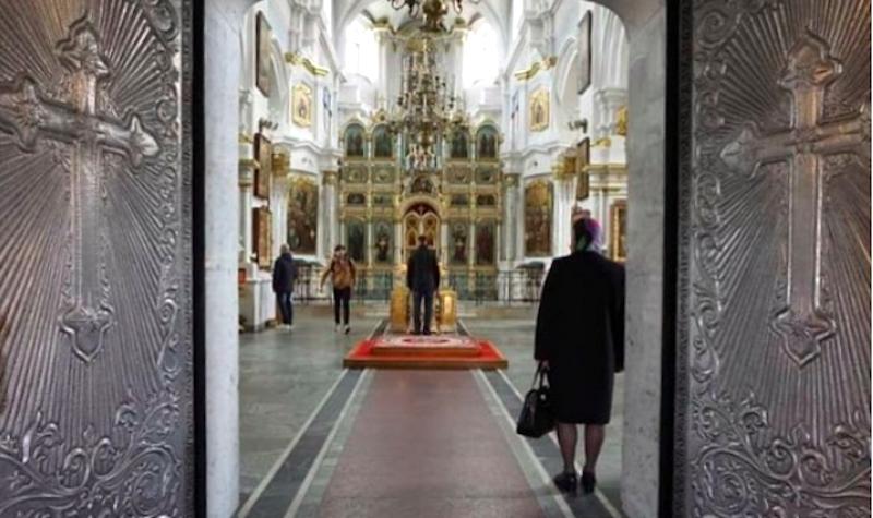 Les portes de la cathédrale sont décorées de grandes croix rayonnantes, et l'intérieuer est richement orné de blanc et d'or.