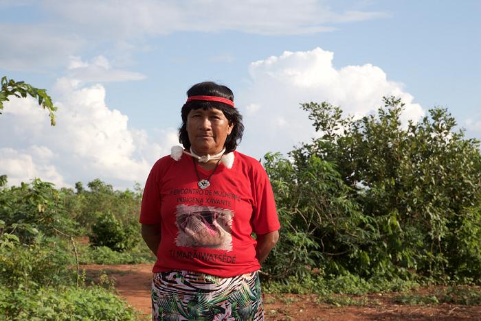 Photographie de Carolina Rewaptu arborant un t-shirt à l'effigie de son peuple, les Xavante Marãiwatsédé