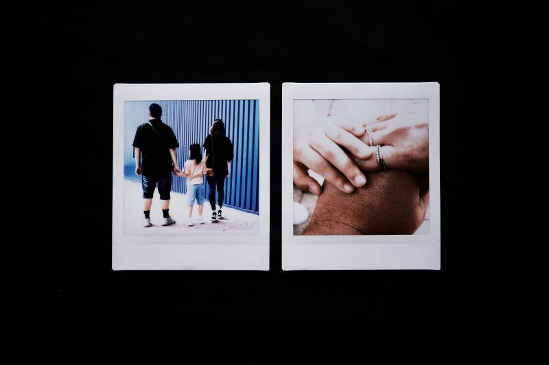 Deux photos dans l'image. A gauche, trois personnes se tenant par la main : un homme, une femme et leur fille, de dos. A droite, un gros plan de trois mains enlacées, celle d'un homme, d'une femme et une main plus jeune, leur enfant.