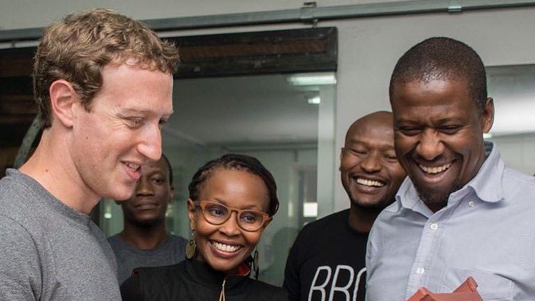 Mark Zuckerberg, souriant, en compagnie de quatre acteurs des technologies au Kenya.
