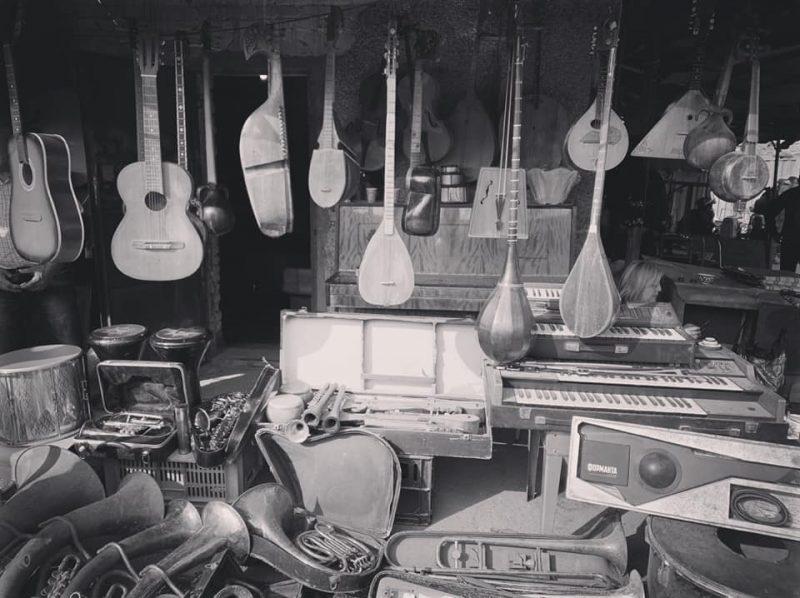 Des instruments traditionnels ouzbeks et occidentaux sont entreposés dans un magasin de musique.