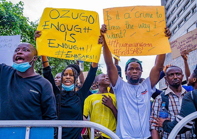 Un foule en colère brandit des pancartes à Lagos, portant des revendications contre les violences policières.