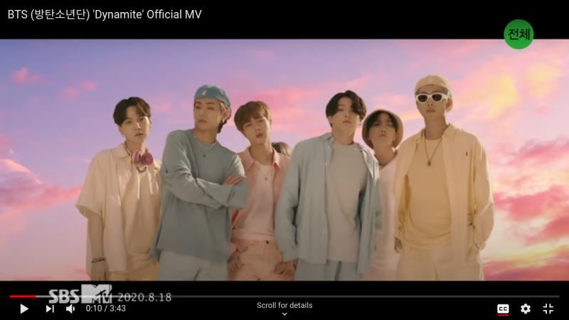 L'image montre les membres du groupe musical BTS. Ils sont 7, jeunes, et tous tournent le regard vers la caméra. Un des jeunes musiciens se trouve derrière les autres et seuls ses cheveux sont visibles. Derrière eux, le ciel est constitué de tons roses, jaunes, orangés et bleus. Ils sont vêtus de vêtements aux couleurs pastel. Un logo en caractères chinois apparaît en haut à droite. Une phrase en anglais et en coréen est visible en haut de l'image à gauche.