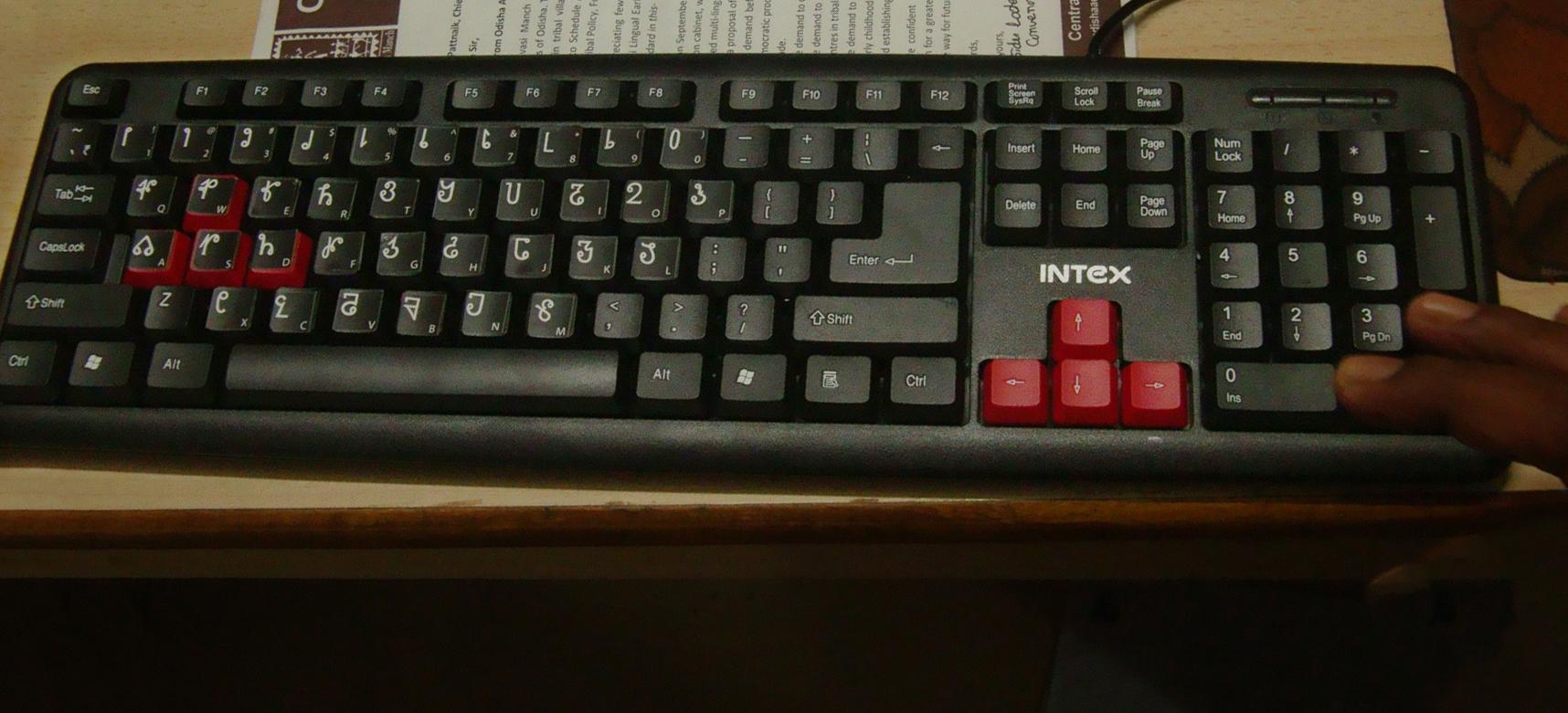 Un ordinateur avec des caractères sora