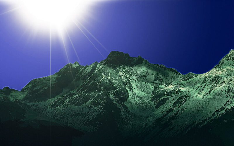 Le soleil brille sur le Caucase du Sud.