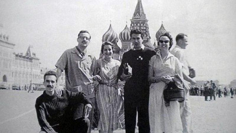 Trois hommes et deux femmes posent devant la basilique de Basile-le-Bienheureux, sur la Place Rouge de Moscou
