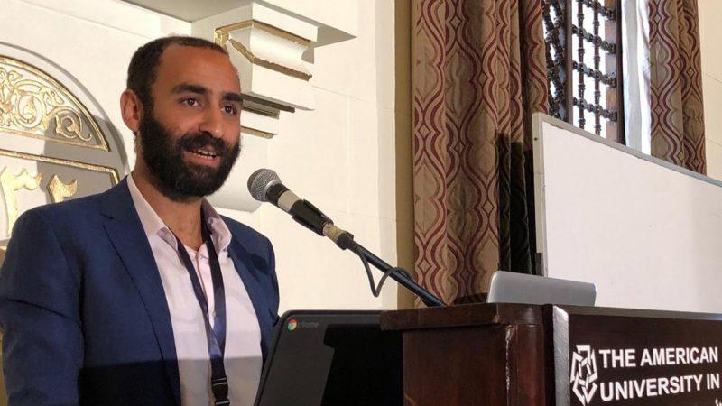 Le défenseur des droits humains Karim Ennarah s'exprime à une tribune à l'Université américaine du Caire.