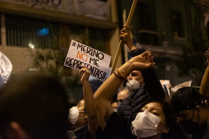 Manifestants masqués brandissant des pancartes dont une affiche le message : « Merino ne me représente pas ».