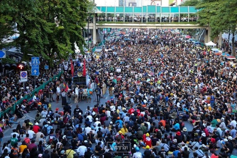 Des centaines de personnes dans les rues contre les violences policières à Bangkok..