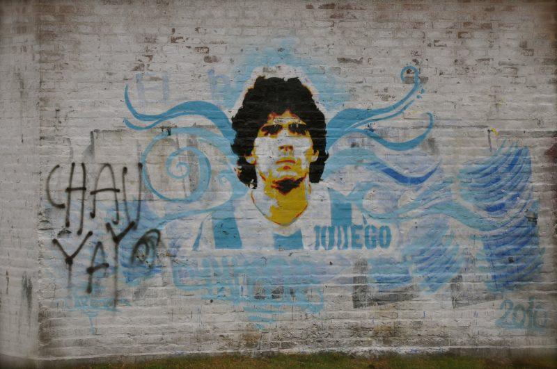 Un graffiti représente le joueur de football Diego Maradona, aux couleurs de l'argentine (bleu et blanc)