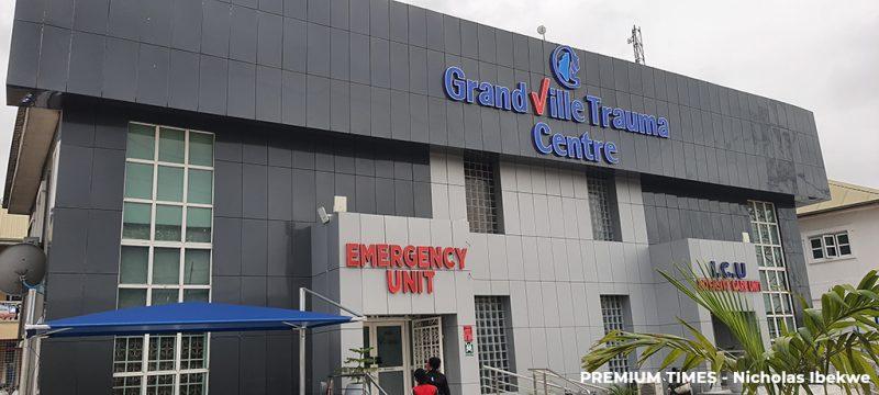 La façade du service des urgences est carrelée dans des tons gris. Le bâtiment est austère, à l'exception de panneaux bleu et rouge.
