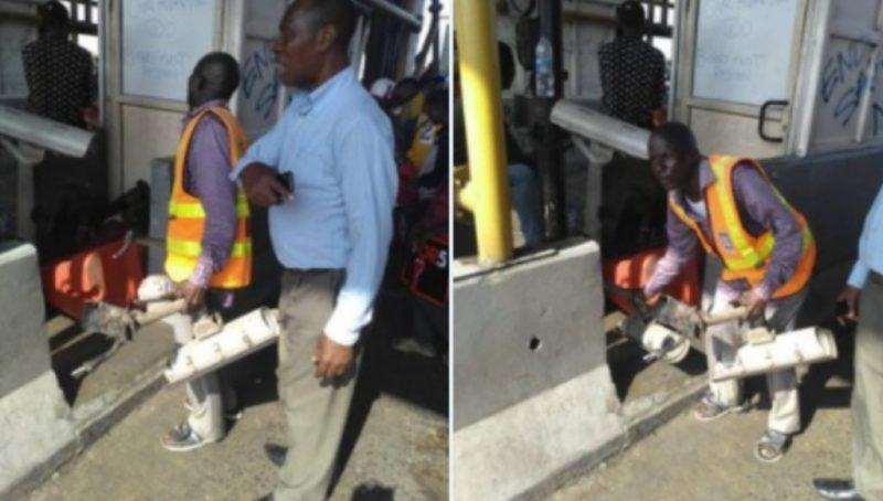 L'image est floue. Un homme en pantalon et chemis habillée ainsi qu'un autre en gilet réfléchissant quittent le péage avec ce qui ressemble à des caméras de surveillance.