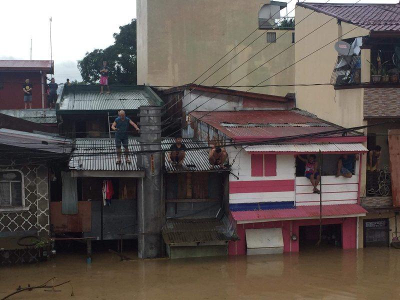 Une rue inondée aux Philippines. Les habitants se sont réfugiés au premier étage et sur les toits.