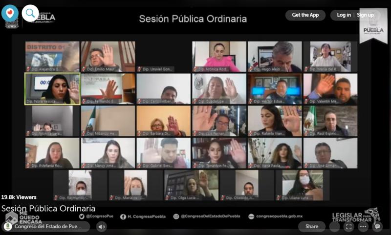 Les législateurs, assemblés lors d'une session virtuelle, votent à main levée.