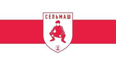 Un drapeau aux bandes verticales blanc-rouge-blanc avec un écusson au centre, représentant un personnage accroupi.