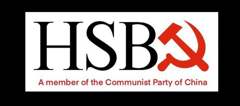 Sur un fond noir, l'image montre, en gros plan, le logo noir de la banque HSB(C) au côté du symbole communiste rouge, la faucille et le marteau. Le C de HSBC est mangé par le symbole du parti communiste. En dessous, il est écrit : « A member of the Communist Party of China » (Adhérent au Parti communiste chinois).