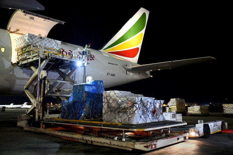 Un avion d'Ethiopian Airlines est en cours de déchargement à l'aéroport OR Tambo. On voit une palette remplie de caisses, sous un filet.