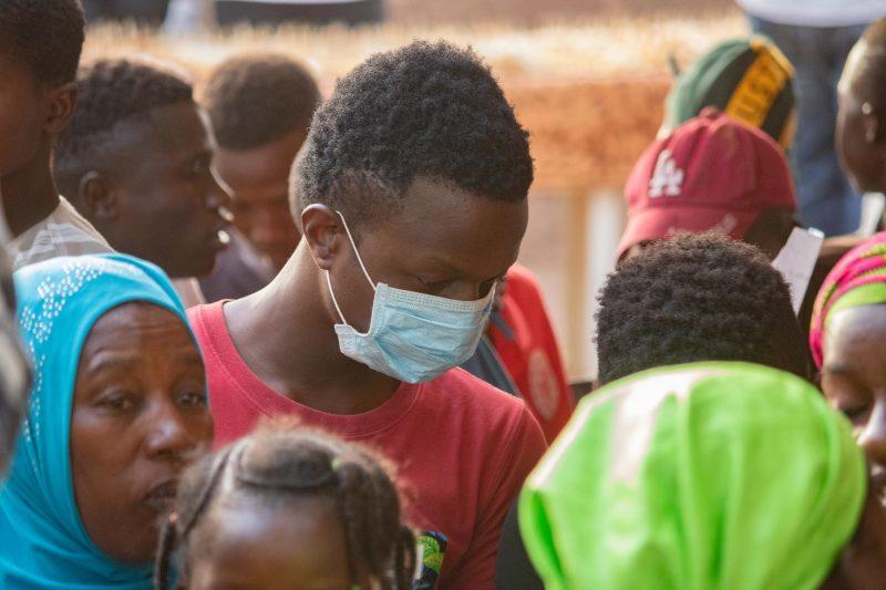 Une personne porte un masque de protection faciale pour se protéger du COVID-19 au Mali.