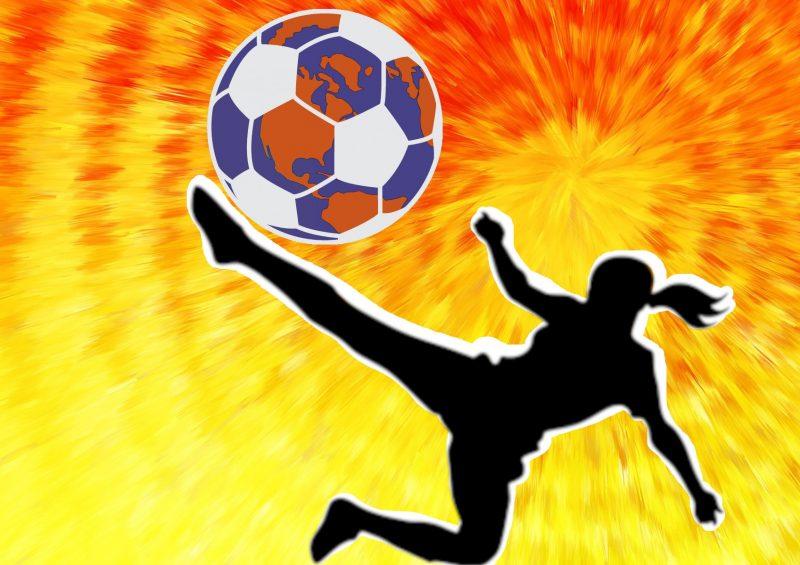 En pleine action, une footballeuse shoote dans un ballon rond sur lequel une mosaïque représent la Terre.