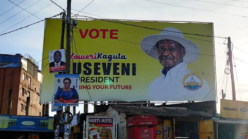 Panneau d'affichage avec une photo de Museveni pour sa campagne électorale